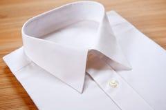 Camicia bianca in bianco piegata Fotografia Stock Libera da Diritti