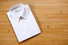 Camicia bianca in bianco piegata Fotografie Stock