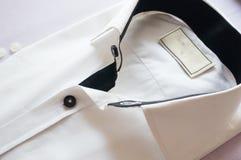 Camicia bianca con il collare ed i bottoni neri Immagini Stock
