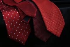 Camicia bianca con il primo piano dettagliato del legame rosso Immagini Stock
