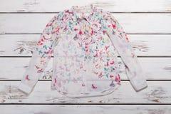 Camicia bianca con la stampa della farfalla Fotografia Stock