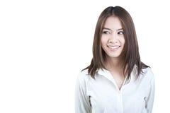 Camicia bianca del dimenamento diretto attraente della donna di affari isolata Immagini Stock