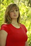 Camicia bionda di colore rosso della ragazza Immagine Stock Libera da Diritti
