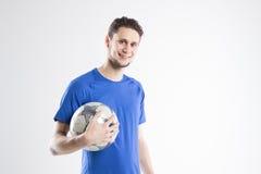 Camicia blu del calciatore con lo studio isolato palla Immagini Stock