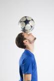 Camicia blu del calciatore con lo studio isolato palla Fotografie Stock