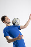 Camicia blu del calciatore con lo studio isolato palla Fotografia Stock Libera da Diritti