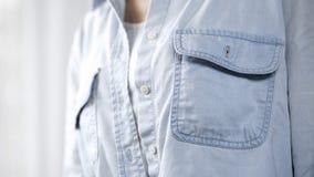 Camicia d'uso del denim della ragazza che posa prima della macchina fotografica, la salute della donna, studio dei mammiferi fotografie stock libere da diritti