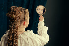 Camicia da notte d'uso della bella ragazza bionda lunga dei capelli immagini stock libere da diritti