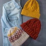 Camicia dei jeans e tre cappelli di inverno Immagini Stock Libere da Diritti