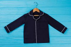 Camicia dei ragazzi sul gancio di legno Fotografia Stock