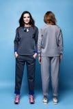 Camicia del vestito di due bei vestiti sexy della donna e tre casuali dei pantaloni Fotografie Stock Libere da Diritti