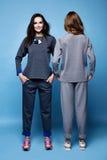 Camicia del vestito di due bei vestiti sexy della donna e tre casuali dei pantaloni Fotografia Stock