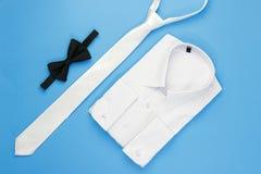 Camicia dell'uomo bianco con l'arco ed il legame Fotografia Stock Libera da Diritti