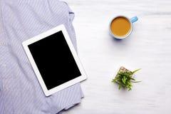 Camicia dell'uomo d'affari e oggetti di ogni giorno su fondo di legno bianco Fotografie Stock Libere da Diritti