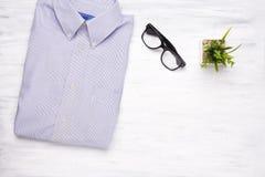 Camicia dell'uomo d'affari su fondo di legno bianco Fotografia Stock