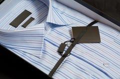 Camicia dell'uomo in un contenitore di regalo Fotografia Stock Libera da Diritti