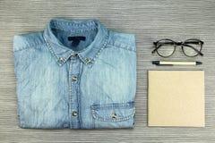 Camicia delle blue jeans ed articolo di cartoleria marrone, concetto ecologico Fotografie Stock Libere da Diritti