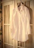 Camicia di cotone bianca su un gancio Immagini Stock Libere da Diritti