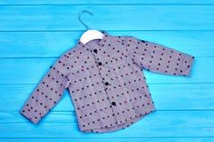 Camicia di cotone punteggiata grey del neonato Immagini Stock Libere da Diritti