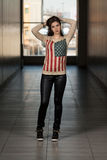 Camicia di modello della bandiera americana e di Wearing Leather Pants Immagine Stock Libera da Diritti