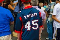 Camicia di Trump portata dal più giovane sostenitore Immagini Stock