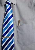 Camicia di vestito grigia con la penna dell'oro in casella Fotografia Stock Libera da Diritti