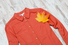 Camicia e foglia di acero di terracotta concetto alla moda Immagini Stock Libere da Diritti