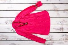 Camicia a maniche lunghe del ` s delle donne con gli accessori Immagini Stock Libere da Diritti