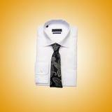 Camicia maschio piacevole contro la pendenza Immagine Stock