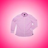 Camicia maschio piacevole contro la pendenza Fotografia Stock Libera da Diritti