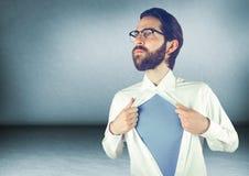 Camicia millenaria di apertura dell'uomo nella stanza blu fotografie stock