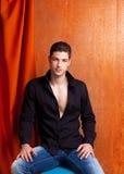 Camicia nera aperta del ritratto spagnolo latino dell'uomo Fotografie Stock