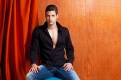 Camicia nera aperta del ritratto spagnolo latino dell'uomo Immagini Stock