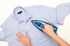 Camicia rivestente di ferro del ` s degli uomini della mano femminile Fotografia Stock Libera da Diritti
