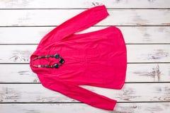 Camicia rosa-rosso del ` s delle donne con i gioielli della collana Fotografia Stock