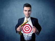 Camicia strappante dell'uomo d'affari con il segno dell'obiettivo sul suo petto Immagini Stock