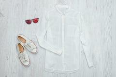 Camicia, vetri e scarpe da tennis bianchi Priorità bassa di legno Fashionabl Immagini Stock Libere da Diritti