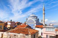 与法提赫Camii清真寺,伊兹密尔,土耳其的街道视图 免版税库存照片