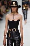 Camille Hurel camina la pista en la demostración de Versace durante Milan Fashion Week Spring /Summer 2018 imagen de archivo libre de regalías