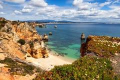 Camilo wyrzucać na brzeg Praia robi Camilo blisko Lagos, Algarve, Portugalia obrazy royalty free