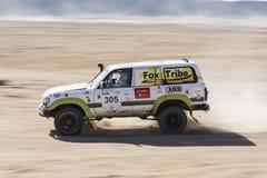 Camión campo a través que compite en una reunión del desierto Fotografía de archivo