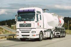 Camión de la cisterna del HOMBRE en la carretera Imagen de archivo