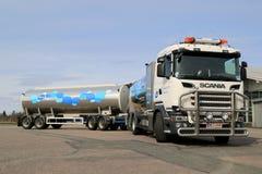 Camión de la leche de Scania R500 V8 parqueado Imágenes de archivo libres de regalías