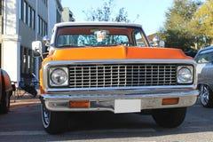 Camión viejo de Chevrolet en la demostración de coche Imagen de archivo libre de regalías