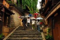 Camina el carril en lluvia Imagen de archivo