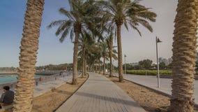 Camina en el timelapse de MIA Park, situado en un final de los siete kilómetros de Corniche largo en la capital de Qatari, Doha almacen de video