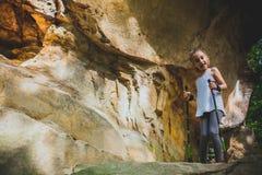 Caminando 6 años de la muchacha Imagen de archivo