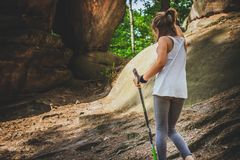 Caminando 6 años de la muchacha Fotografía de archivo libre de regalías