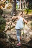 Caminando 6 años de la muchacha Fotografía de archivo