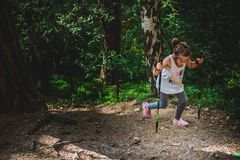Caminando 6 años de la muchacha Imágenes de archivo libres de regalías